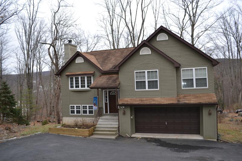 """Bear & Moose"" Themed Pocono Home With Log Beds! - Image 1 - East Stroudsburg - rentals"