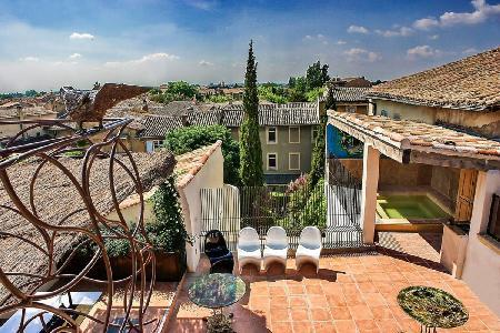 Luxury Historic Townhouse Le Collectionneur with Rooftop Terrace, Hot Tub, Indoor Pool & Maid - Image 1 - L'Isle-sur-la-Sorgue - rentals