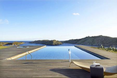 Gated Modern Ses Vistes on peninsula boasts panoramic views, infinity pool & close to beach - Image 1 - Cadaques - rentals