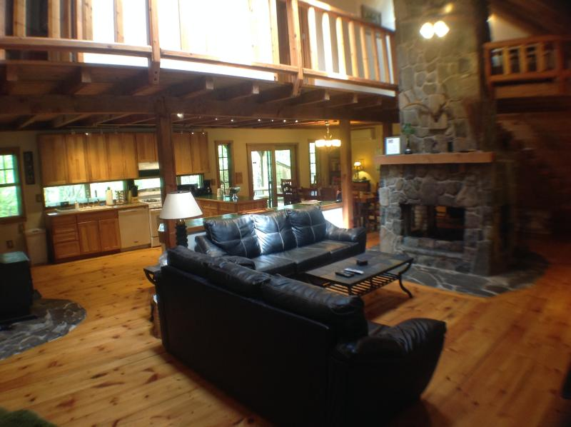 Great Room with Fireplace - Gorgeous Pocono Log Cabin on 10 Acres--Hot Tub!! - Dingmans Ferry - rentals