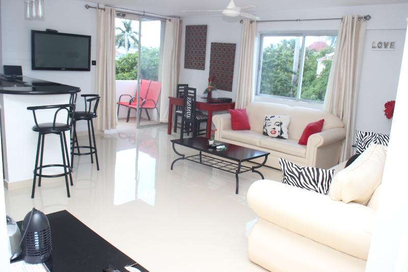 Spacious contemporary style lounge... - BEACHFRONT condo.. BEST location in Ocho Rios - Ocho Rios - rentals