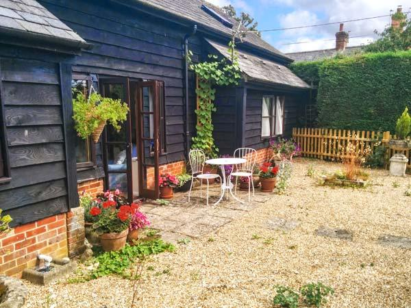 COLES FARM GRANARY, detached granary conversion, single-storey, off road parking, private patio, in Romsey, Ref 906580 - Image 1 - Timsbury - rentals