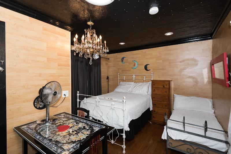 The Master Bedroom - Hollywood Cute Crib - Los Angeles - rentals