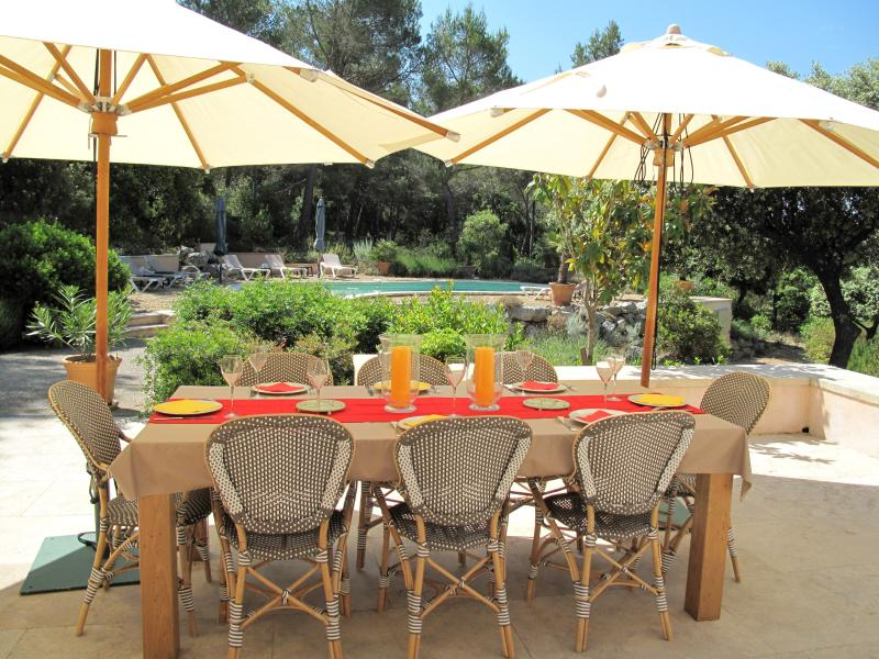 Lovely outdoor dining area with umbrellas for daytime meals or drinks - Les Magnanarelles, Spacious 3/4 bedrooms, villa - Lourmarin - rentals