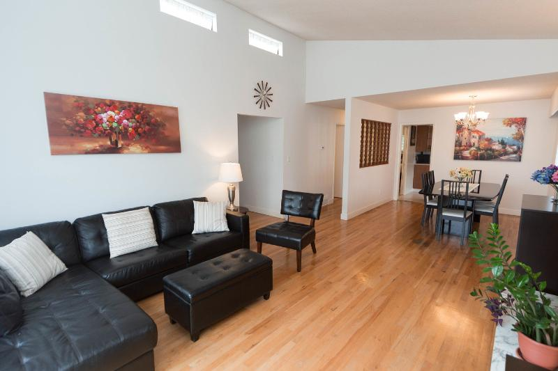 Living Room - Beautiful spacious 3BR-suite in central location - Vancouver - rentals