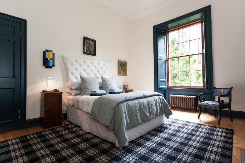 The Master Bedroom - Elegant Large One Bedroom Raised Ground Floor Flat with Secure Entry - Edinburgh - rentals