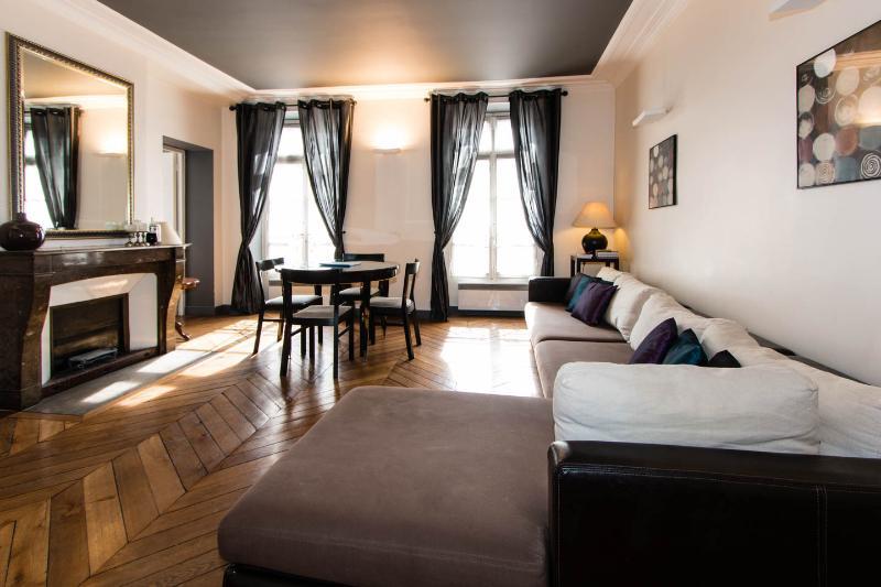 2 Bedroom Paris Apartment located on Rue Rivoli - Image 1 - Paris - rentals