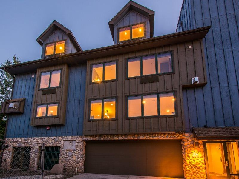 Park City Epic Lodge-Walk to America's Largest Ski Resort-Located in the Historic District-Two Large Living Areas, Private Hot Tub + Sauna, Gourmet Alpine Kitchen, Free High Speed Wi-Fi, Ample Parking and 10 Bedrooms-9.5 baths - Image 1 - Park City - rentals