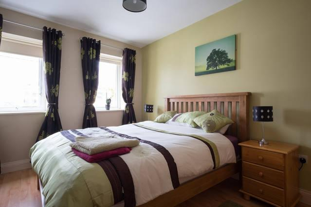 Bedroom with king size bed - Cosy apartment in Galway's West End - Galway - rentals