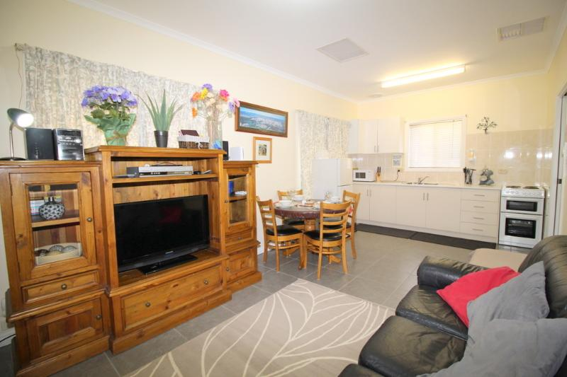 lounge - Riverview Cottage Port Noarlunga (migrant or hols) - Adelaide - rentals