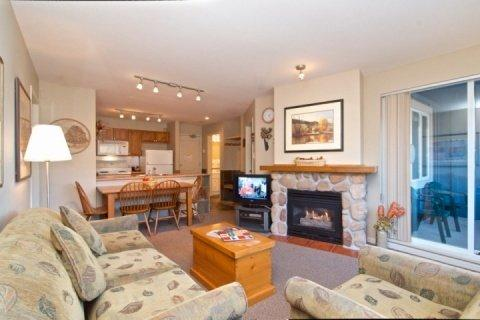 Spacious lovely living room - Eagle Lodge 2Bed, 2 Bath Eagle Lodge Condo with beautiful Mountain View unit # 432 - Whistler - rentals