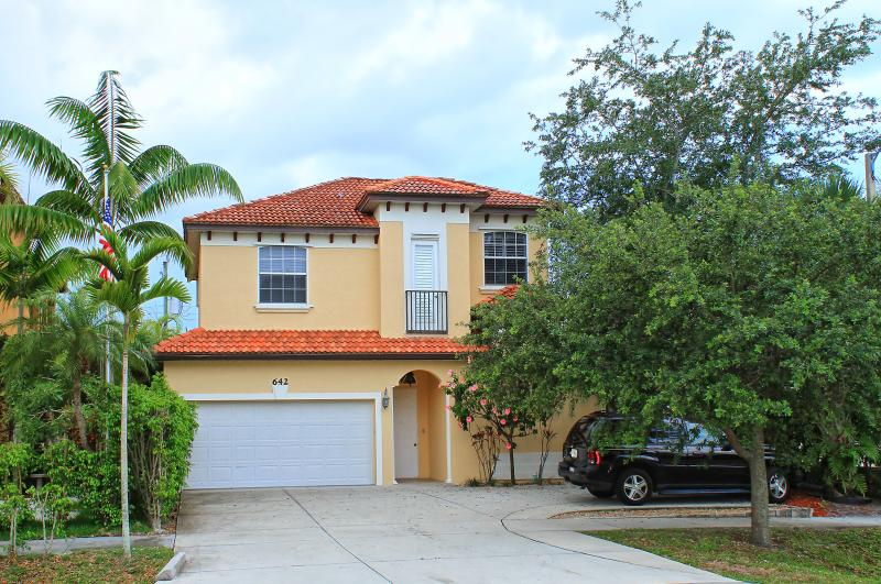 Front of Ritzy Rabbit - Ritzy Rabbit 5 bed 3+ Baths pool/spa walk to beach - Naples - rentals