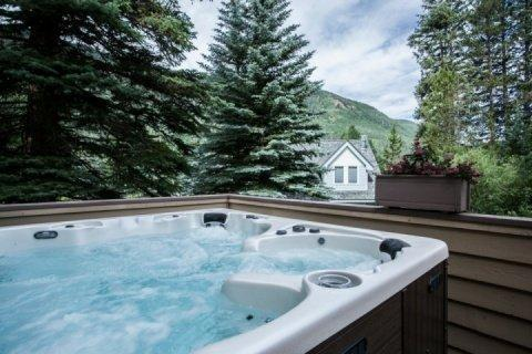 Melt away the day in the Private Outdoor Hot Tub nestled in this quiet mountain neighborhood. - JUST REMODELED!! MODERN ELEGANCE for Vail Mountain Fun! Outdoor Hot Tub, NEW DECOR at OLD PRICE!! - Vail - rentals
