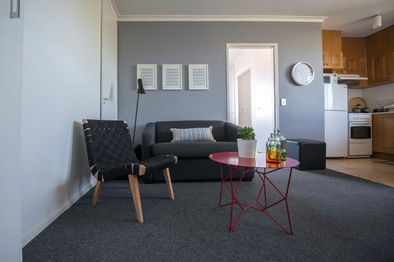 Open plan living, dining, kitchen zone - Sunny Central 1 BR FREE WIFI - Melbourne - rentals