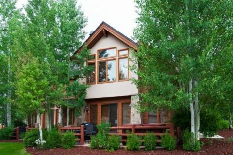 Welcome to our modern and family-friendly Deer Valley ski home with upgraded amenities, private hot tub and expansive mountain views. - Deer Lake Village - Park City - rentals