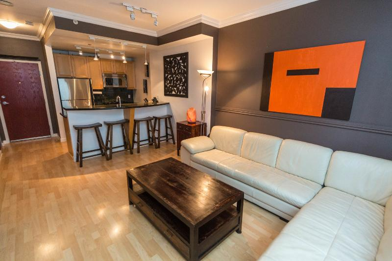 Living Room - YALETOWN; LUXURIOUS 1 BR / WIFI,POOL,GYM,SAUNAS - Vancouver - rentals