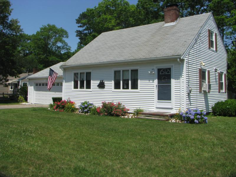Welcome to Sea Glass Cottage - Walk to Great Bay - Beach Down the Road - Teaticket - rentals