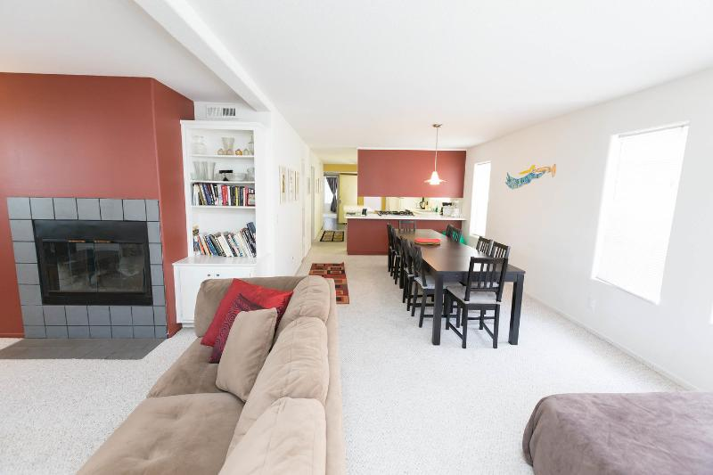 Living Room - Famly Friendly, huge 3-BR, balconies, steps 2 sand - Los Angeles - rentals