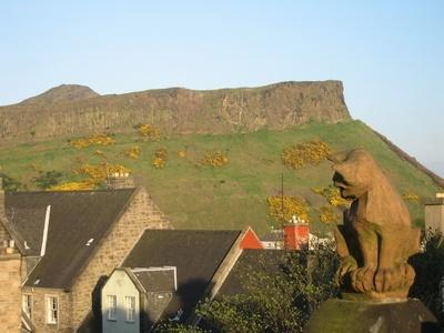 View of the Salisbury Crags from the roof terrace - Jeffrey St (Flat 12), Royal Mile, City Centre - Edinburgh - rentals
