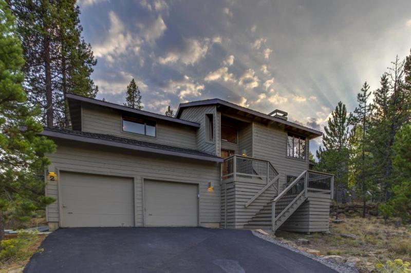 Private hot tub and water-park access! - Image 1 - Sunriver - rentals