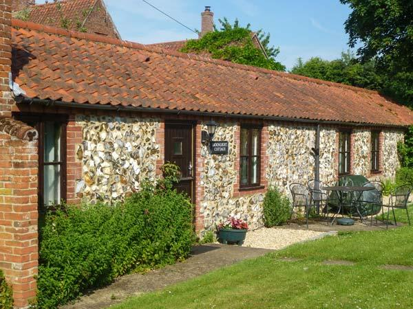MOONLIGHT COTTAGE, single-storey cottage, romantic retreat, with garden and parking, in Coltishall, Ref 19822 - Image 1 - Coltishall - rentals