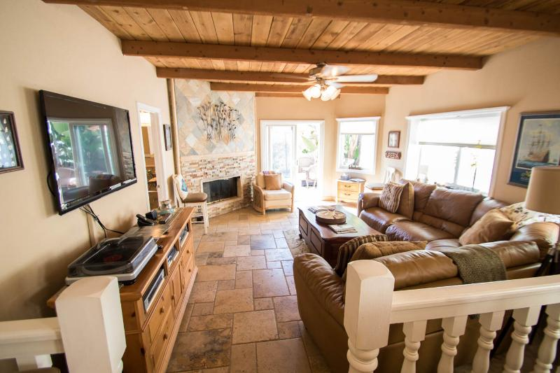The great room has room for your family to relax,enjoy friends or just watch a game on TV - Beautiful Mandalay Beach House - Oxnard - rentals