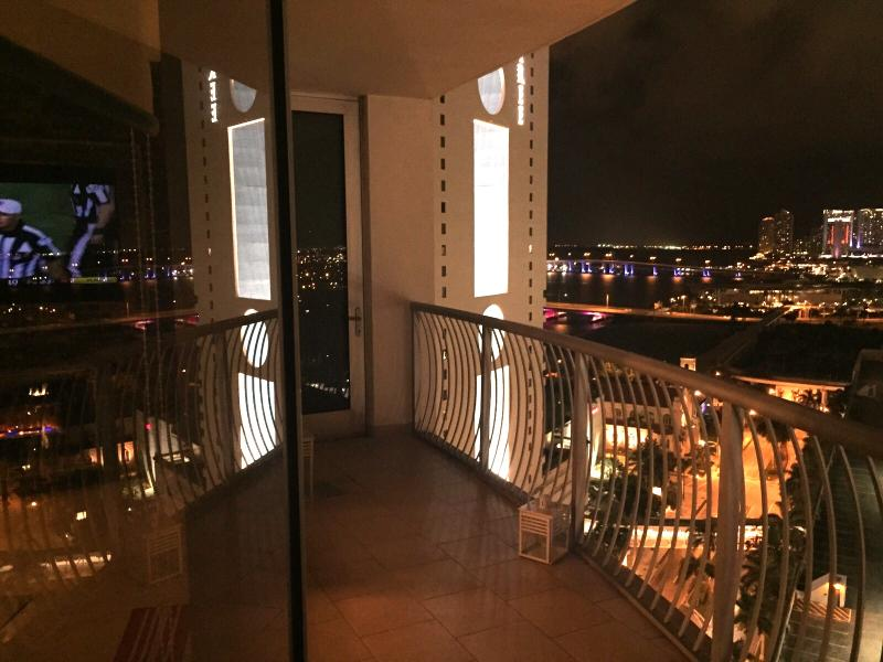 Spectacular views of Downtown Miami from this awesome 23rd floor luxury condo - By Gvaldi  - Luxury Condo 2/2 on a 23rd Floor - Coconut Grove - rentals