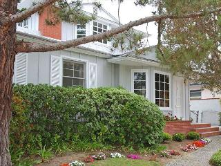 Lovely Crown Point home- deck, big back yard, near beach and amenities - Pacific Beach vacation rentals