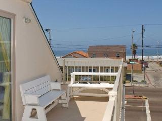 Lovely 2nd floor townhome- private rooftop deck, gas BBQ, near beach and bay - Pacific Beach vacation rentals