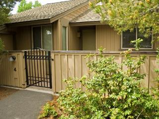 Down to Earth Sunriver Condo with Wood Fireplace and Wifi Near Nature Center - Sunriver vacation rentals