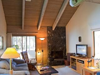 Relaxing Sunriver Condo Pet-Friendly and Gas Fireplace Near the Village - Sunriver vacation rentals