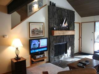 Golfer's Sunriver Condo with Flat Screen TV and A/C On the Golf Course - Sunriver vacation rentals