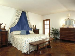 Exclusive Accommodation Florence - Piazza Santa Croce - Peruzzi - Vinci vacation rentals