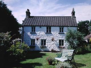 Foxes Reach cottage front blue bench pic - Foxes Reach (Holiday Cottage  Nr Tintern, Wales) - Tintern - rentals