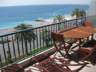 Flat with large sunbathing terrace on beachfront. - Nice vacation rentals
