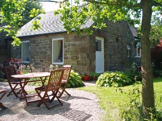 BARN CROFT COTTAGE, pet friendly, character holiday cottage, with a garden in Elton, Ref 878 - Elton vacation rentals