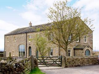 BOOKILBER BARN, family friendly, luxury holiday cottage, with hot tub in Settle, Ref 2986 - Threshfield vacation rentals