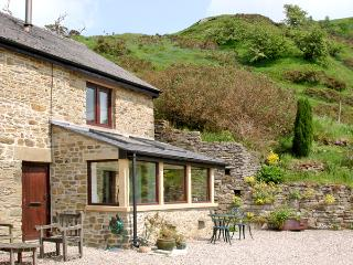 BURRS COTTAGE, pet friendly, character holiday cottage, with a garden in Great Hucklow, Ref 509 - Great Hucklow vacation rentals