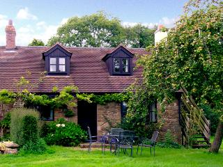 CRISPEN COTTAGE, character holiday cottage, with a garden in Wall-Under-Heywood, Ref 2625 - Shropshire vacation rentals
