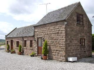 CURLEW BARN, family friendly, country holiday cottage, with hot tub in Ipstones, Ref 3596 - Staffordshire vacation rentals