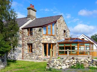 DDOL HELYG FARMHOUSE, pet friendly, character holiday cottage, with a garden in Llanrug, Ref 1576 - Llanrug vacation rentals