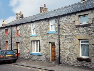 FISHERMAN'S COTTAGE, pet friendly, character holiday cottage in Seahouses, Ref 207 - Northumberland vacation rentals
