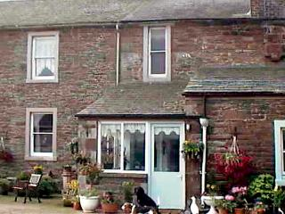 FOXGLOVES COTTAGE, pet friendly, character holiday cottage, with a garden in Wigton, Ref 507 - Ivegill vacation rentals