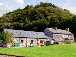GLASFRYN BARN, family friendly, character holiday cottage, with a garden in Harlech, Ref 2093 - Harlech vacation rentals