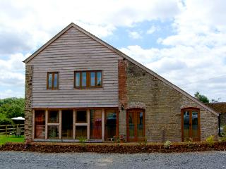 GLEBE BARN, family friendly, luxury holiday cottage, with a garden in Caynham, Ref 2540 - Caynham vacation rentals