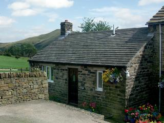 HATHAWAY COTTAGE, character holiday cottage, with a garden in Edale, Ref 610 - Stocksbridge vacation rentals