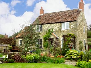 HOWE GREEN COTTAGE, character holiday cottage, with a garden in Kirkbymoorside, Ref 1785 - Pickering vacation rentals