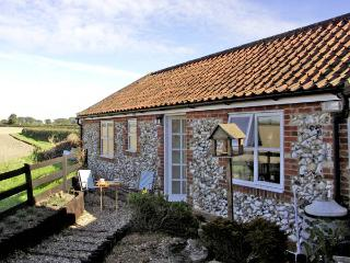 LA PETITE MAISON, pet friendly, country holiday cottage, with a garden in Litcham, Ref 2801 - Thetford vacation rentals