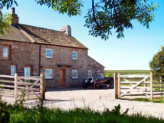 LOWER CROASDALE FARMHOUSE, pet friendly, character holiday cottage, with a garden, in Fourstones Near Bentham, Ref 1889 - Garstang vacation rentals
