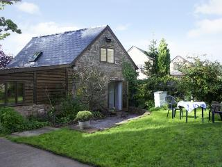 PEMBRIDGE COTTAGE, pet-friendly, en-suites, lawned garden in Welsh Newton, Ref 1601 - Lea vacation rentals